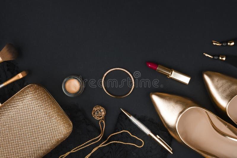Accessoire de mode de femme réglé sur le fond noir avec l'espace de copie images libres de droits