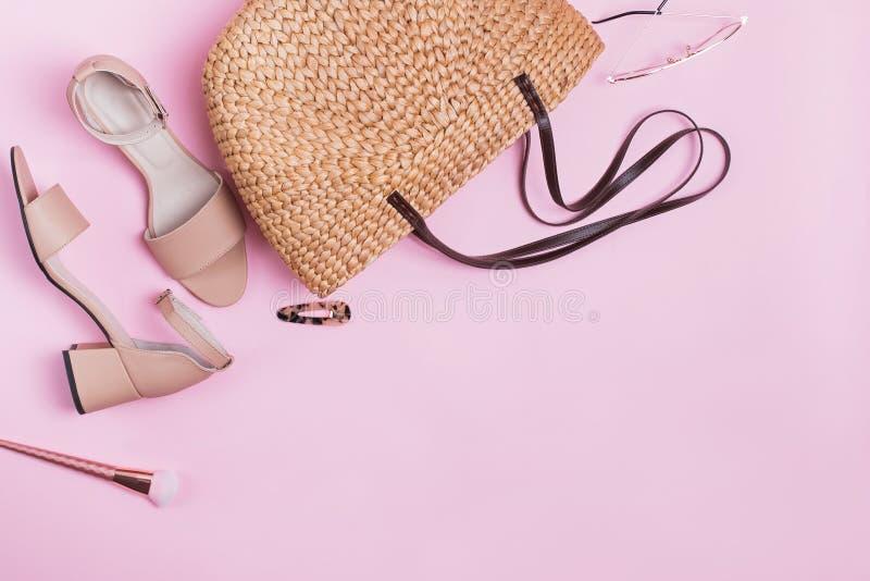 Accessoires à la mode de l'été de la femme d'isolement sur le fond rose images stock