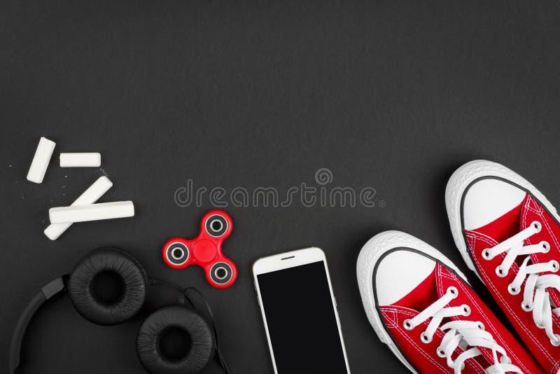 Accessoires à la mode de schooler moderne sur le fond foncé avec l'espace de copie photos libres de droits