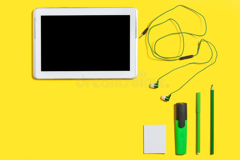 Accessoires éducatifs et un PC de comprimé image stock