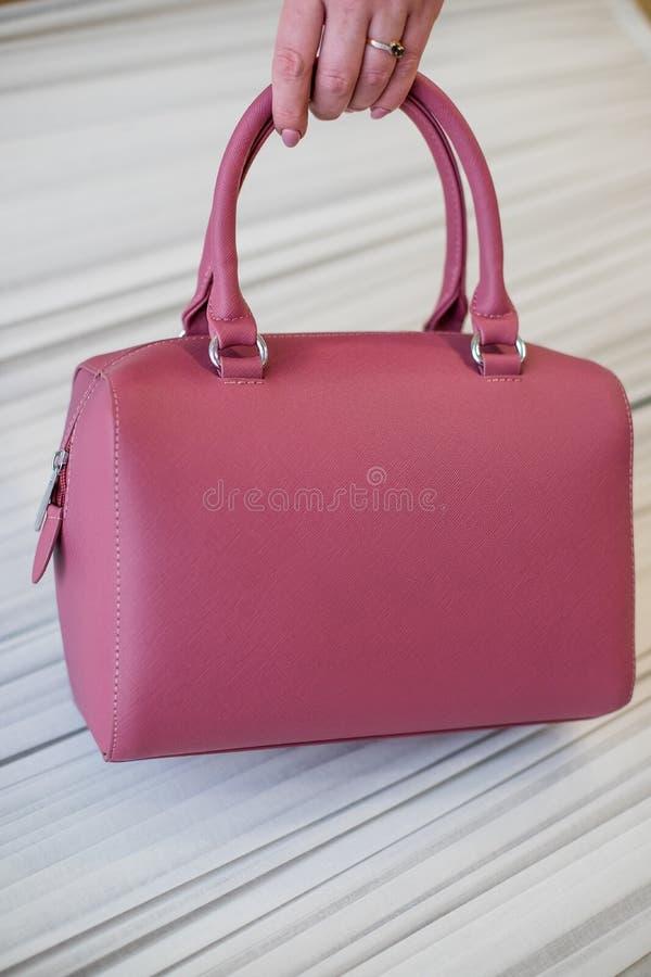 Accessoires élégants du ` s de femmes Beau sac à main du ` s de femmes sur un fond blanc cuir de sac photo stock