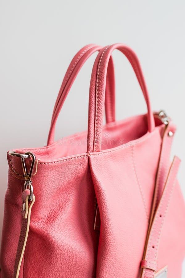 Accessoires élégants du ` s de femmes Le sac à main des belles femmes de couleur de corail vivante sur un fond blanc Rose-clair,  photo stock