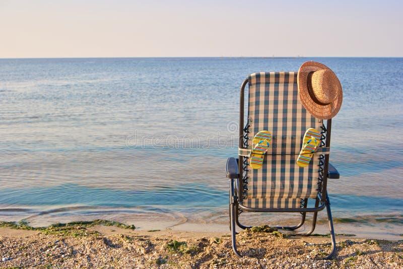 Accessoires arrières de chaise longue et de plage de vue près de la mer image stock