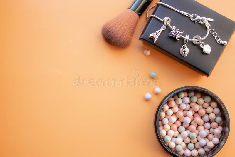 Accessoires cosmétiques Balayez, rougissez sur un fond jaune Avec l'espace vide du côté gauche photographie stock