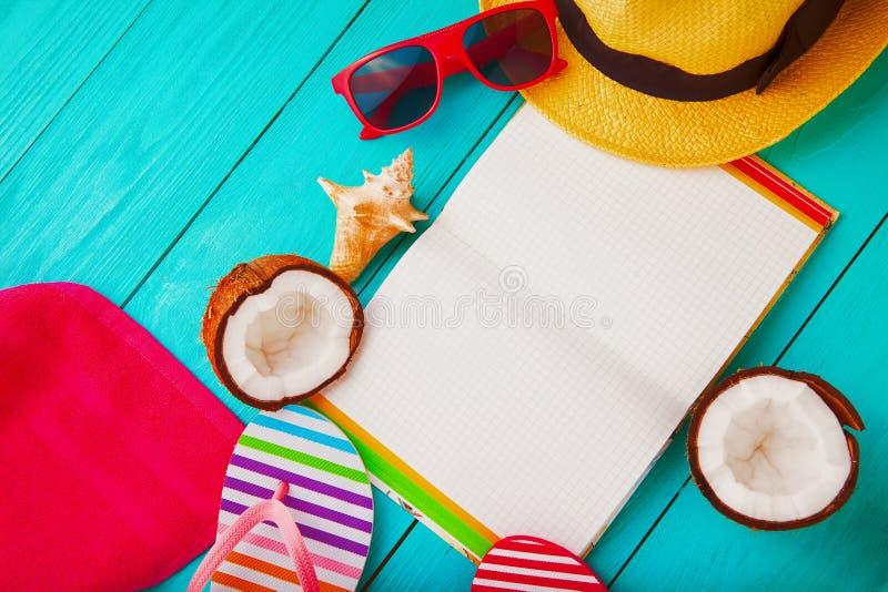 Accessoires d'été avec l'espace de carnet et de copie Vue supérieure et foyer sélectif image libre de droits