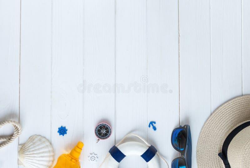 Accessoires d'été pour des vacances : chapeau de paille, boussole, coquilles, boucles d'oreille, maillot de bain, verres de solei image libre de droits