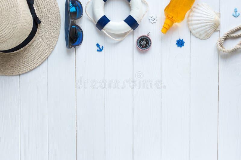 Accessoires d'été pour des vacances : chapeau de paille, boussole, coquilles, boucles d'oreille, maillot de bain, verres de solei images libres de droits