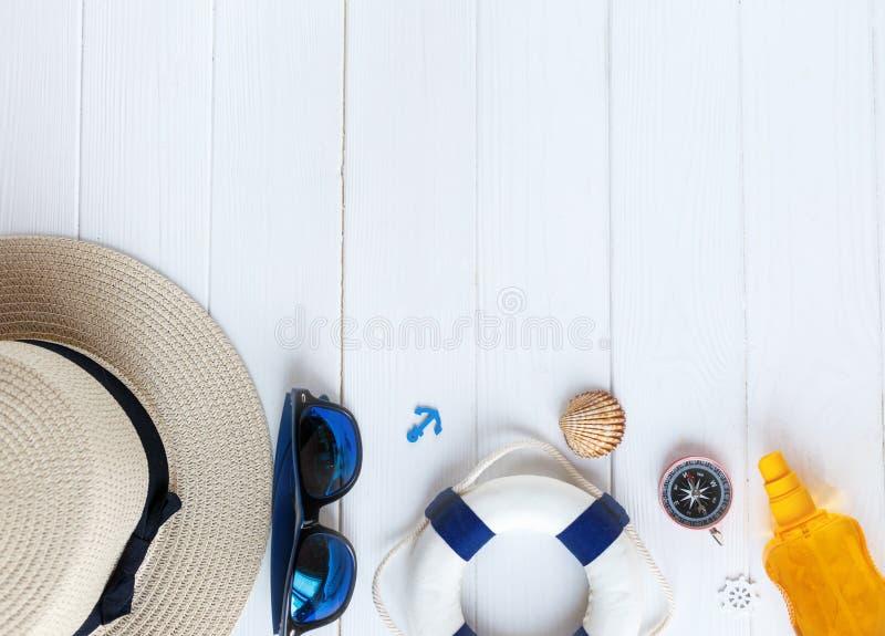 Accessoires d'été pour des vacances : chapeau de paille, boussole, coquilles, boucles d'oreille, maillot de bain, verres de solei images stock
