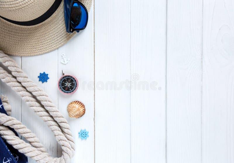 Accessoires d'été pour des vacances : chapeau de paille, boussole, coquilles, boucles d'oreille, sac Voyage, ventes d'été photographie stock