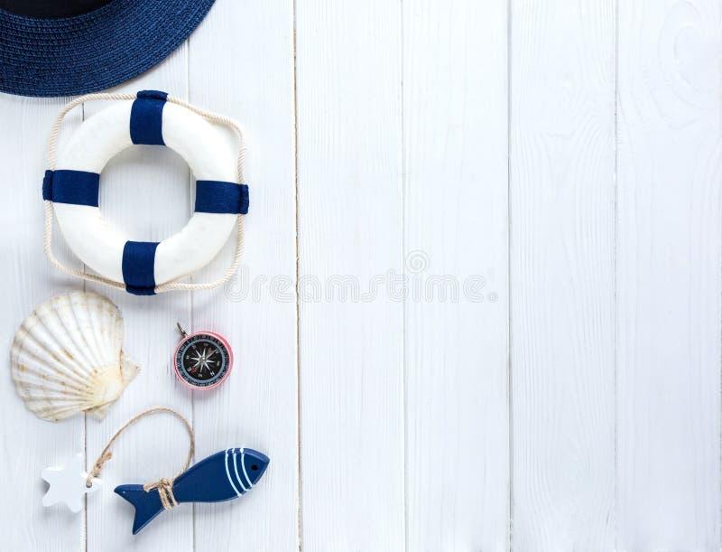Accessoires d'été pour des vacances : chapeau de paille, boussole, coquilles, boucles d'oreille, sac Voyage, ventes d'été images stock