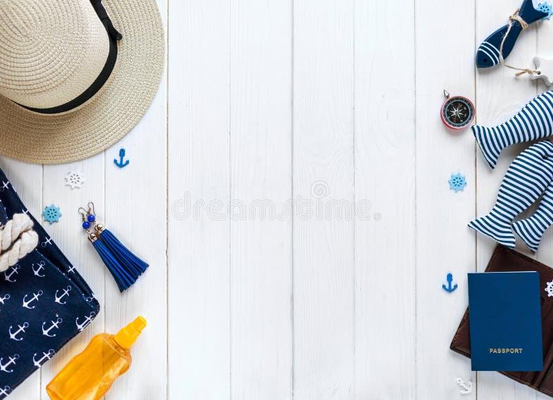 Accessoires d'été pour des vacances : chapeau de paille, boussole, coquilles, boucles d'oreille, sac Voyage, ventes d'été photographie stock libre de droits