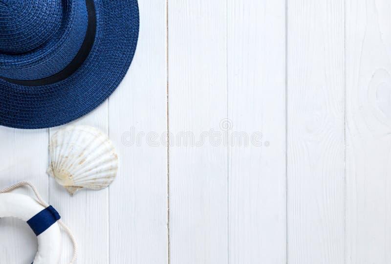 Accessoires d'été pour des vacances : chapeau de paille, boussole, coquilles, boucles d'oreille, sac Voyage, ventes d'été image stock