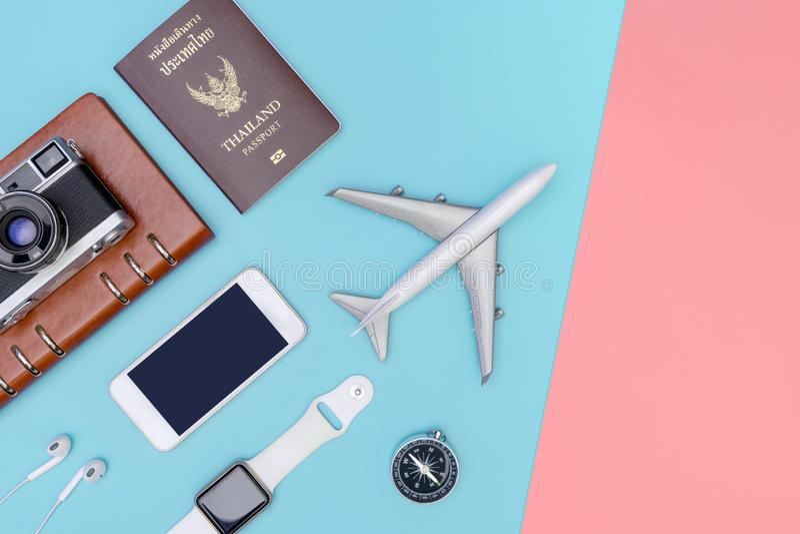 Accessoires d'objets de voyage sur le fond rose bleu avec la cam?ra et l'avion de passeport images stock