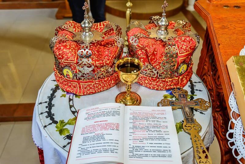Accessoires d'un prêtre pour un mariage d'église avec des couronnes photos libres de droits