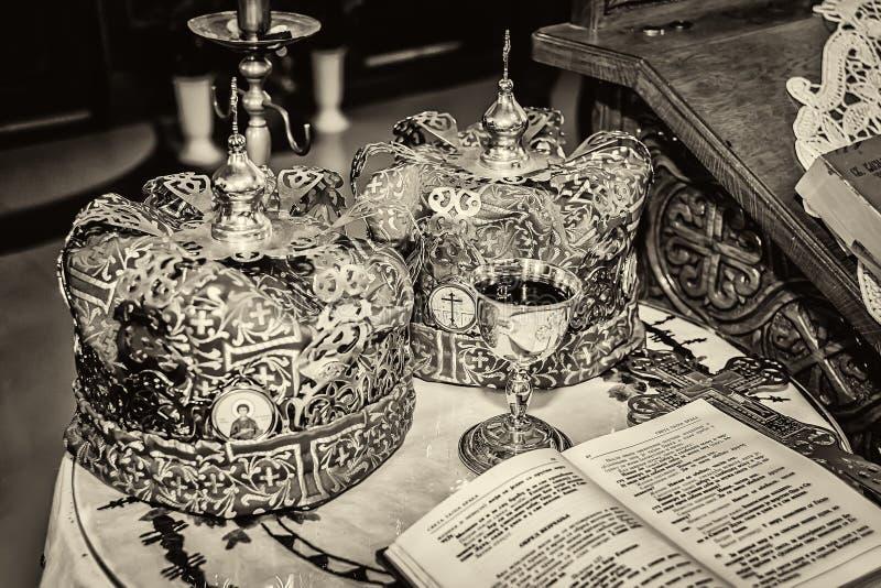Accessoires d'un prêtre pour un mariage d'église avec des couronnes photographie stock