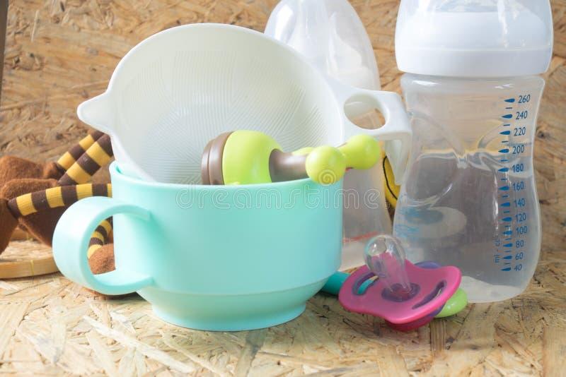 Accessoires de alimentation de bébé - bouteilles, trayons image libre de droits