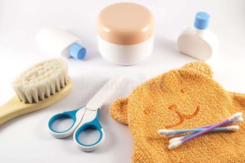 Accessoires de bébé pour la salle de bains sur le fond blanc images stock