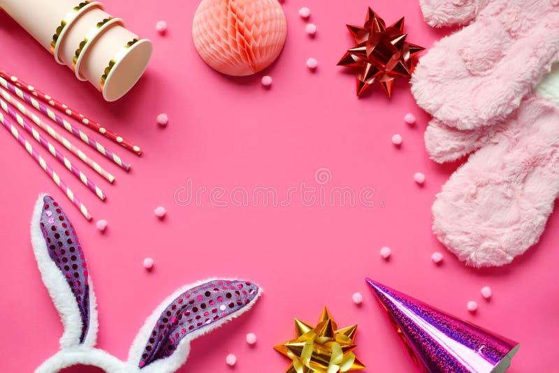Accessoires de carnaval réglés sur le fond rose Appui verticaux de partie d'anniversaire ou d'hiver Mitaines, boules de nid d'abe photos stock