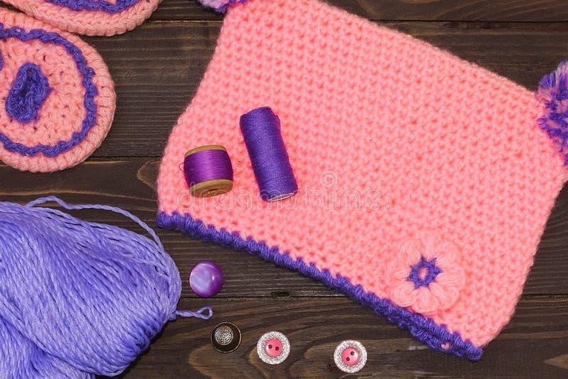Accessoires de couture Chapeau de bébé et pantoufles tricotés, fil pour le knit photos libres de droits
