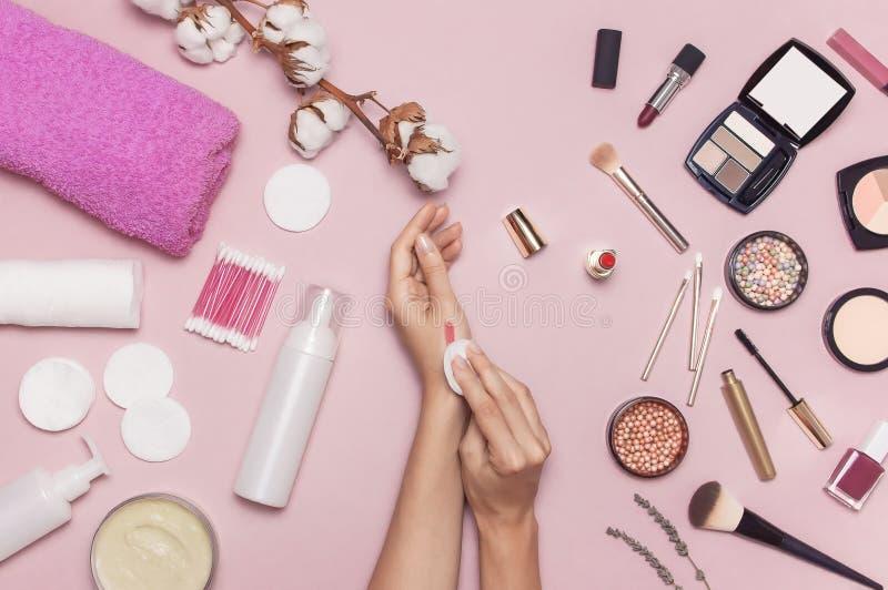 Accessoires de démaquillant Les mains des femmes étendues plates de fond essayent des cosmétiques, branche de coton, protections  images libres de droits