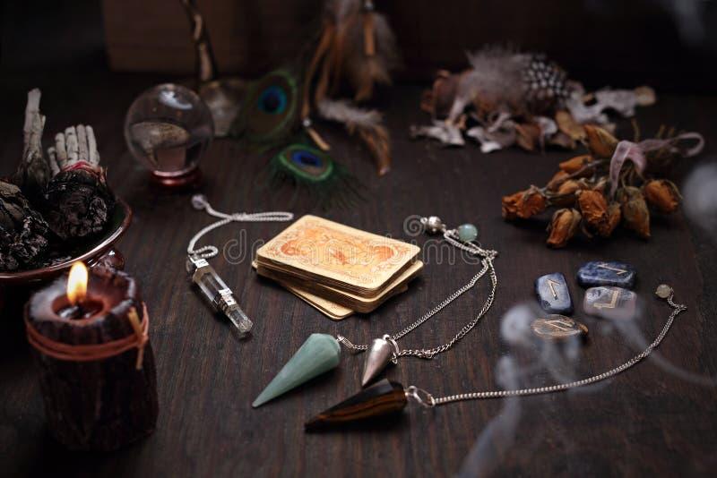 Accessoires de Faerie Une plate-forme de vieilles cartes de divination et d'un pendule en pierre image libre de droits