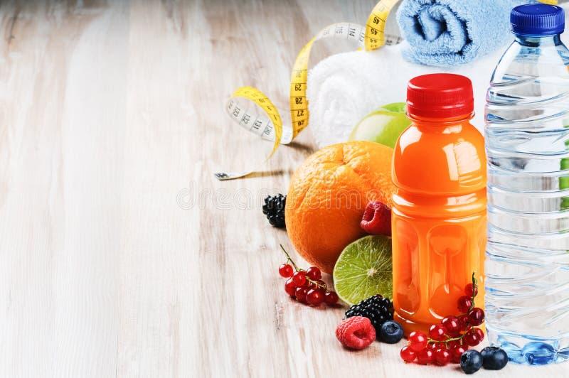 Accessoires de jus et de forme physique de fruit frais images stock