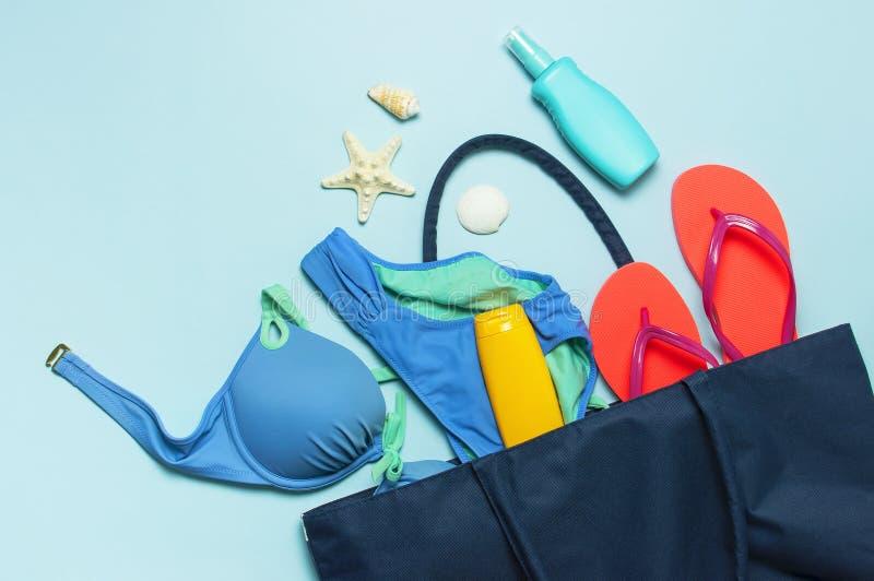 Accessoires de mer d'été Jet de corail de corps de bouteille de protection solaire d'étoiles de mer de coquilles de maillot de ba photos libres de droits