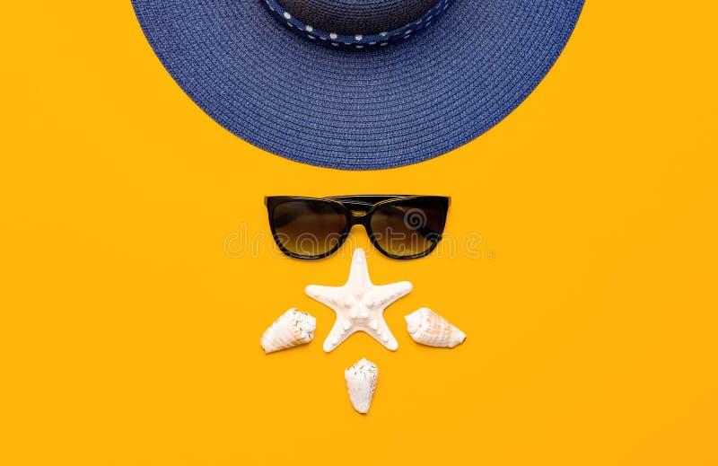 Accessoires de mer de plage d'?t? Chapeau de paille femelle bleu, lunettes de soleil, coquilles, ?toiles de mer sur la copie ?ten image libre de droits