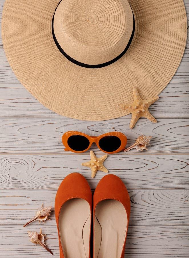 Accessoires de mode - chapeau, chaussures de ballet, couleur orange en verre dessus images libres de droits