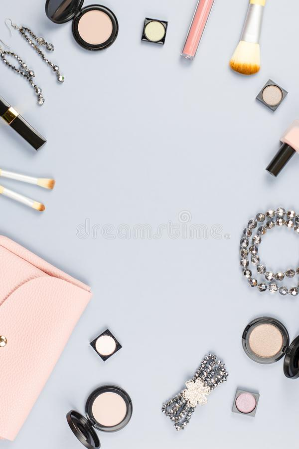 Accessoires de mode, produits de maquillage, bijoux et sac à main sur le fond en pastel Beauté et concept de mode, configuration  images stock