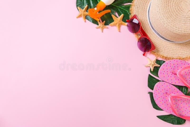 Accessoires de plage avec le chapeau de paille, la bouteille de protection solaire et seastar sur la vue supérieure de fond de ro photos stock