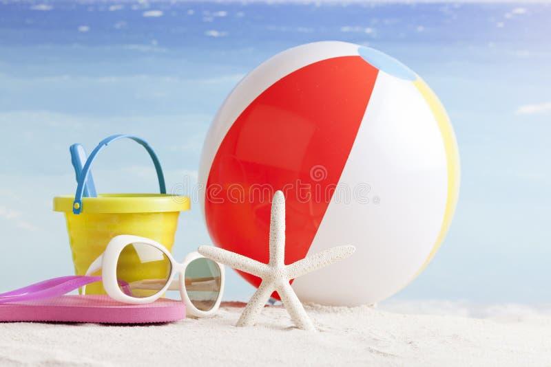 Accessoires de plage avec les étoiles de mer et le beachball photographie stock libre de droits