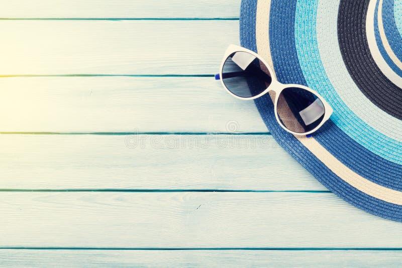 Accessoires de plage Chapeau et lunettes de soleil photographie stock libre de droits