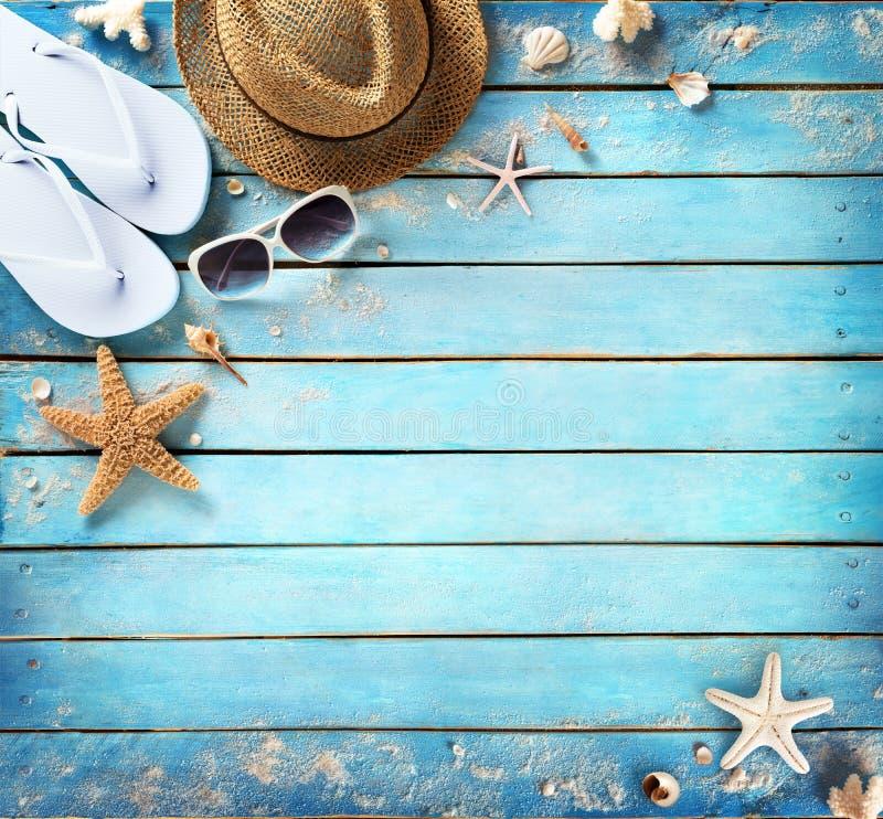 Accessoires de plage sur la planche de bleu de vintage photo stock