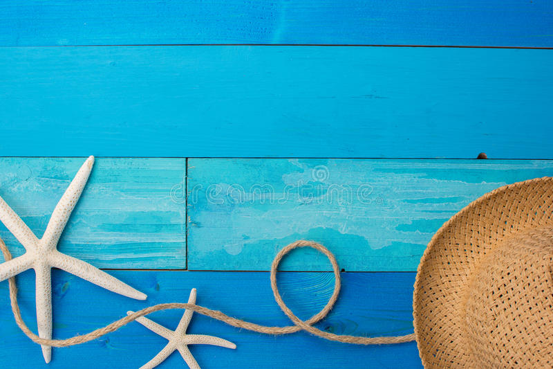 Accessoires de plage sur le conseil en bois image libre de droits