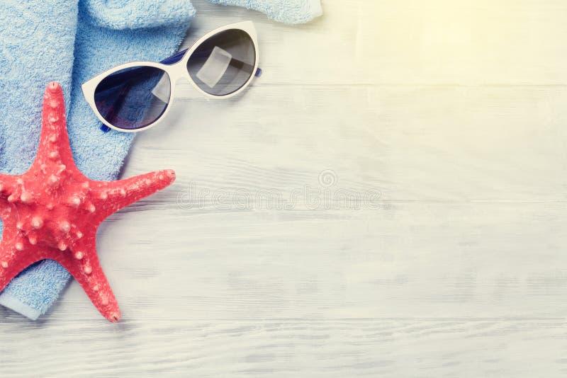 Accessoires de plage sur le fond en bois photo libre de droits