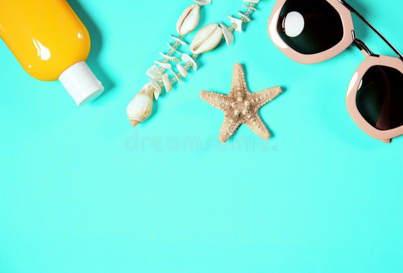 Accessoires de plage sur un fond coloré vert clair Étoiles de mer sèches, collier de coquilles L'image est avec l'espace de copie images stock