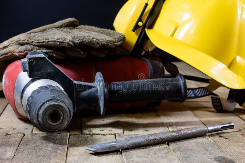 Accessoires de sécurité et marteau d'impact Accessoires pour un constructeur photographie stock libre de droits