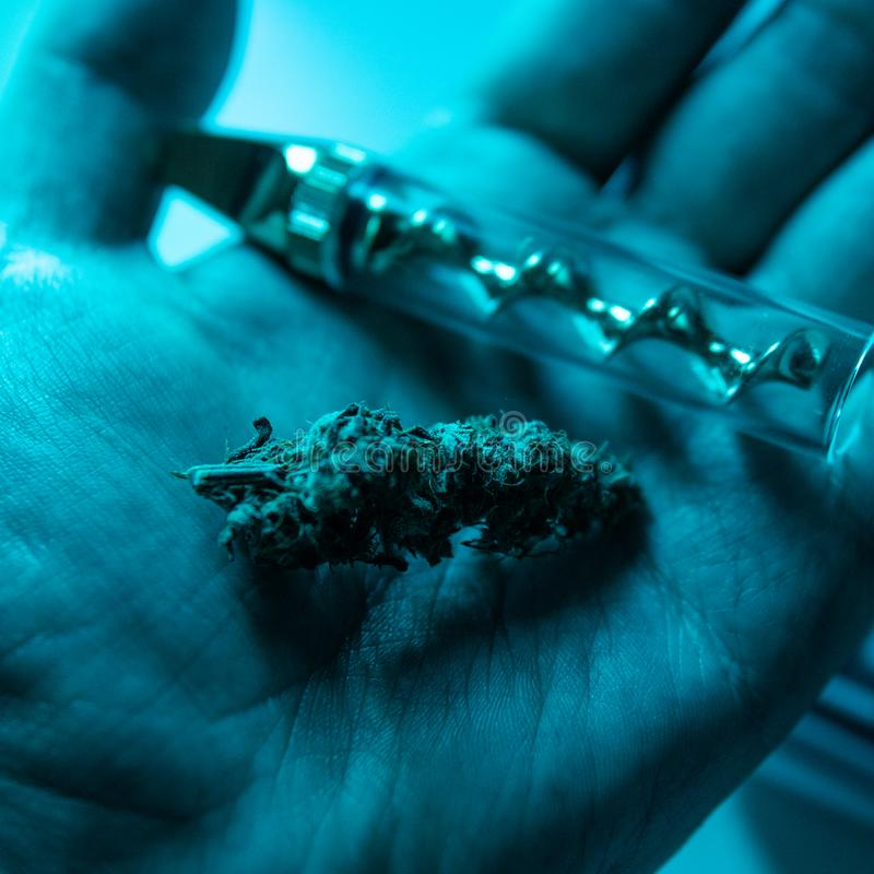 Accessoires de tabagisme pour le plan rapproché de marijuana Verre émoussé pour le cannabis de tabagisme photo libre de droits