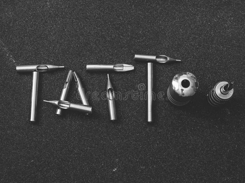 Accessoires de tatouage et acier de machine images stock