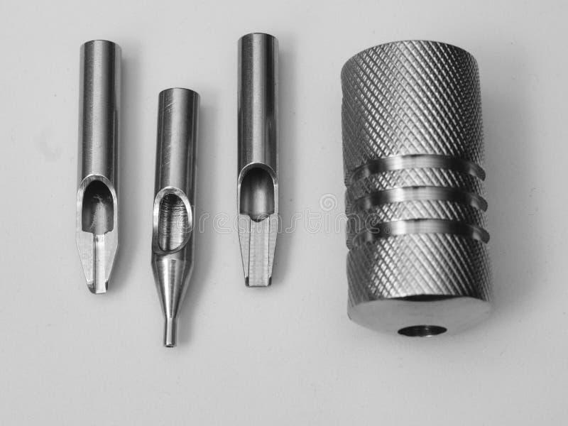 Accessoires de tatouage et tube en acier de machine images libres de droits