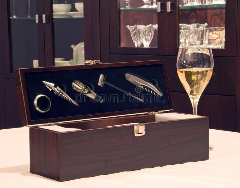 Accessoires de vin avec le gla de vin photos stock