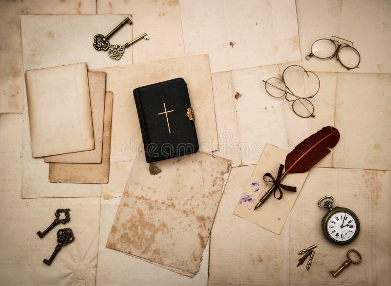 Accessoires de vintage, livre de bible, vieilles lettres photographie stock libre de droits