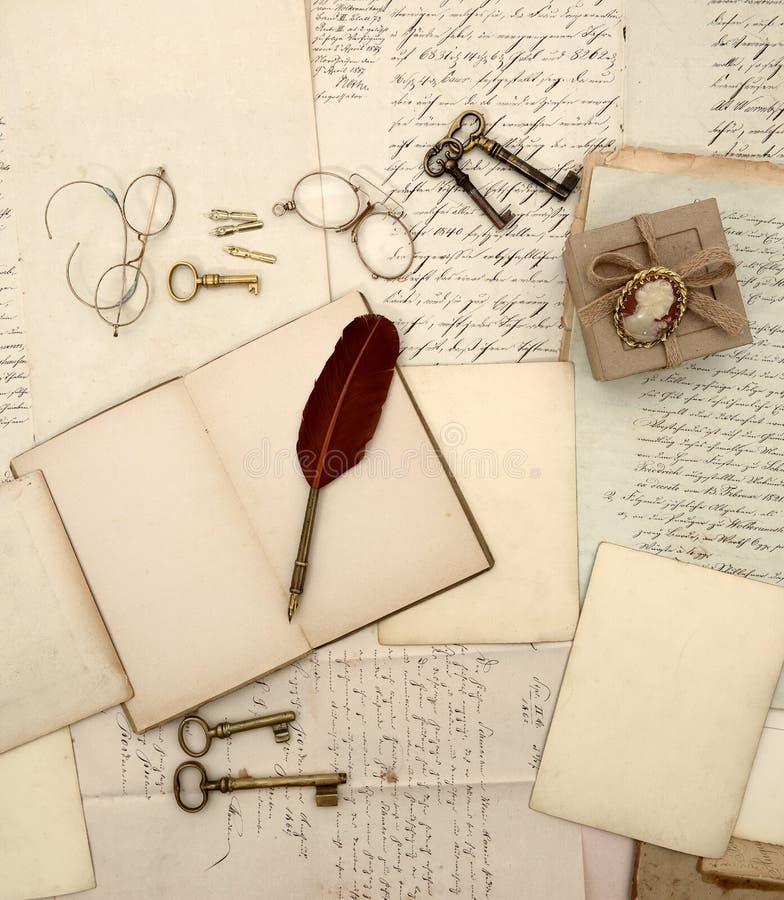 Accessoires de vintage, livre ouvert, vieilles lettres et documents rétros images stock