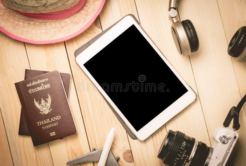 Download Accessoires De Voyage De Vacances D'été Avec Le Comprimé Vide Image stock - Image du internet, espace: 77159055