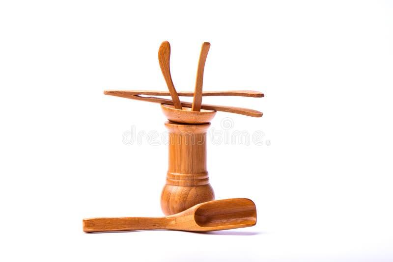Accessoires en bambou de thé d'isolement sur le fond blanc photo stock