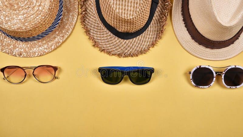 Accessoires et mode d'été, ensemble de lunettes de soleil et chapeaux de paille photo libre de droits