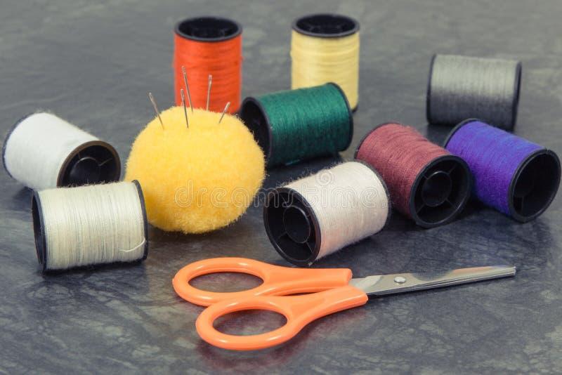 Accessoires et outils pour l'usage dans la couture Bobines de fil, aiguille, ciseaux photographie stock