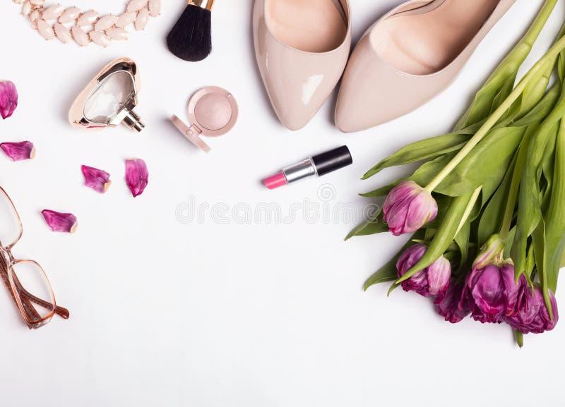 Accessoires féminins élégants de couleur beige et tulipes roses sur W photo stock