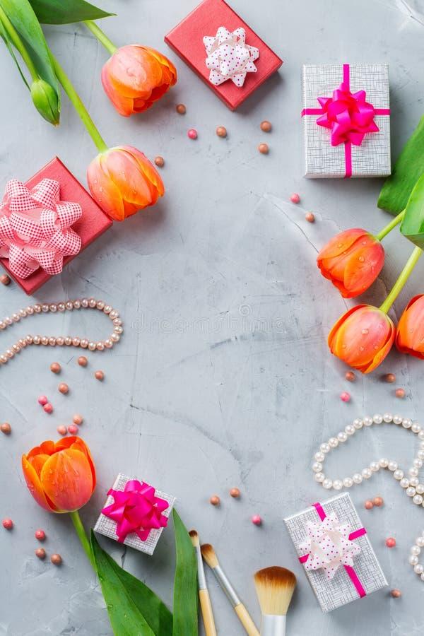 Accessoires féminins élégants fond flatlay, fleurs, maquillage, accessoires de fille de femme images stock